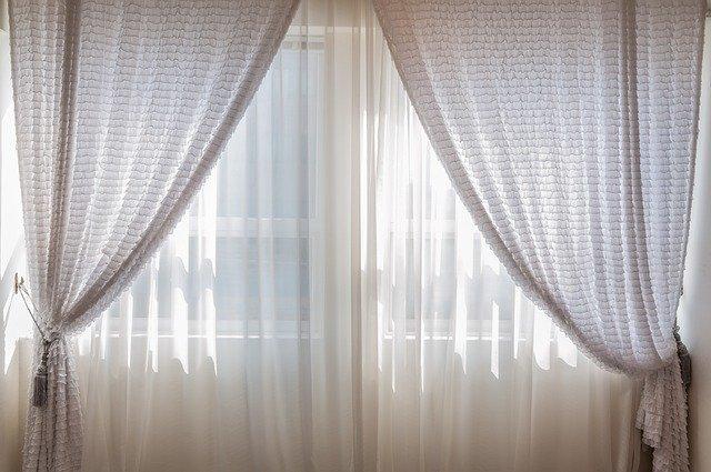 závěsy na okně