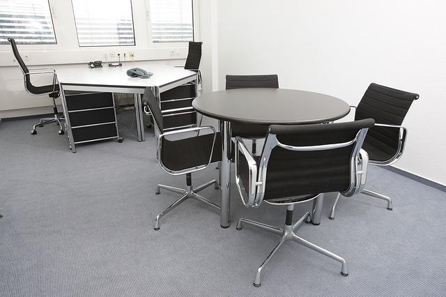 kancelářské stoly a židle