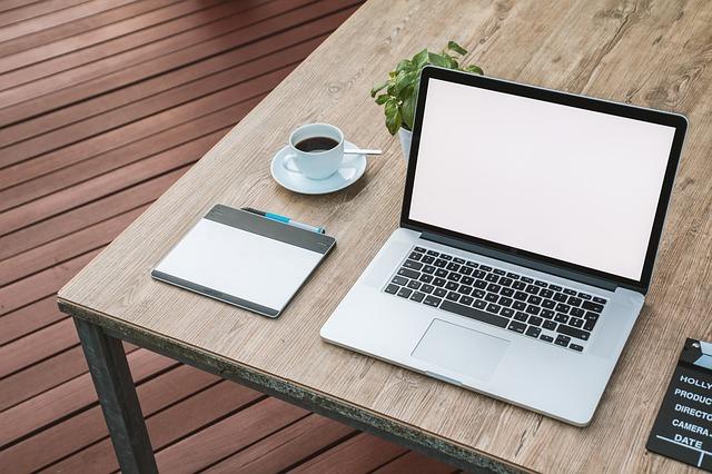 přenosný počítač a káva