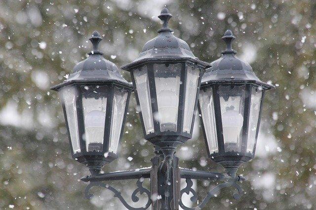 lampy ve sněhu