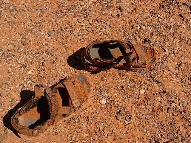 zničené sandály