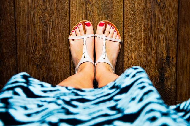 nohy v sandálech