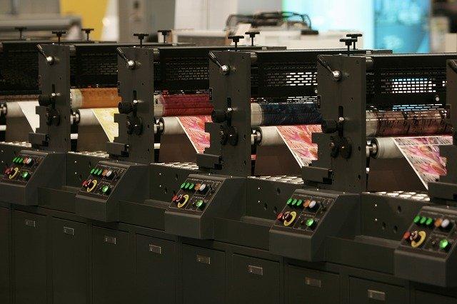 několik za sebou postavených tisknoucích tiskáren